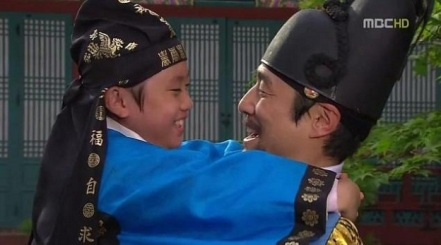 Sukjong and the young Yi Geum (later Yeongjo) in Dong Yi